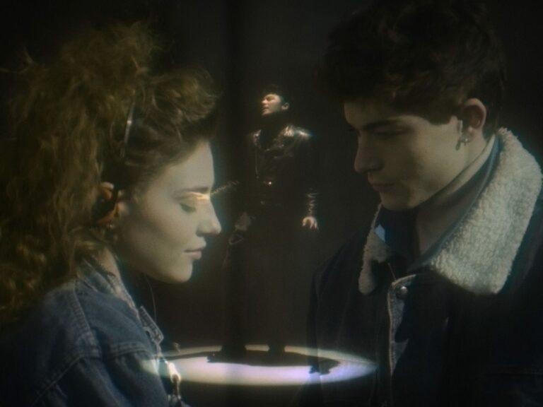 Mal di gola, Stash e YouNuts! ci raccontano gli anni '80 del nuovo video: un synth con le spalline