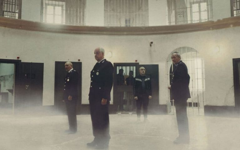 Ariaferma, il carcere (metaforico) di Servillo e Orlando